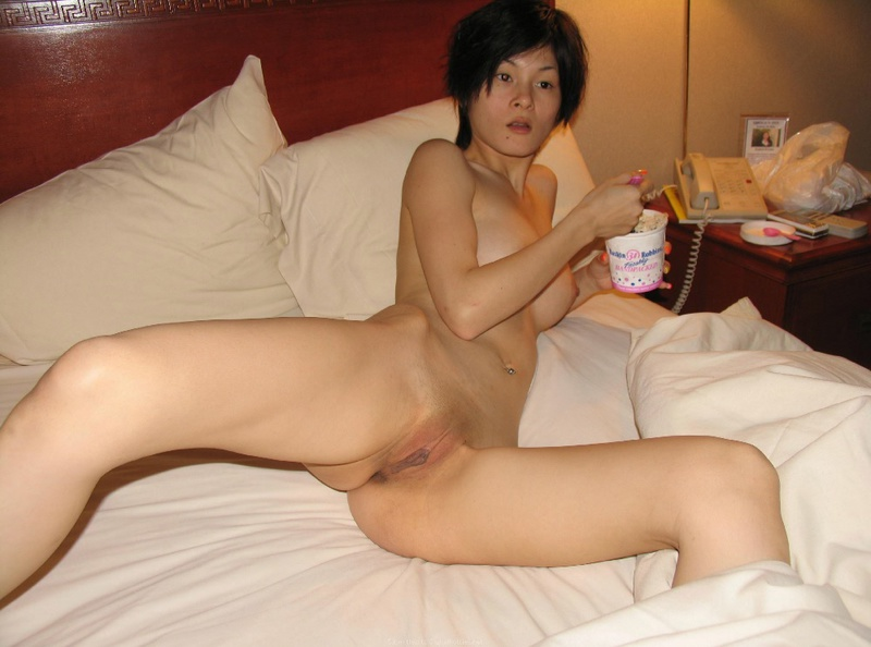 Азиатская женщина лижет черный хуй лежа на лежанке