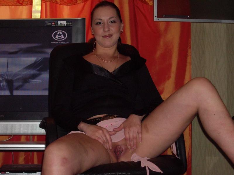 Зрелка сидя на столе хочет засунуть в себя вагинальные шарики секс фото