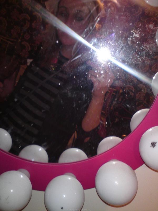 Юная светлая порноактриса позирует в трусиках около двери секс фото