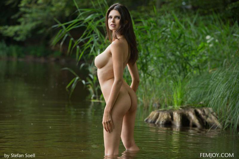 Жасмин моется в тропическом озере секс фото