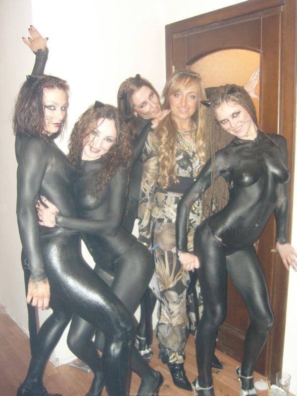 Пьяные девчонки разрисовали голые тела на вечеринке