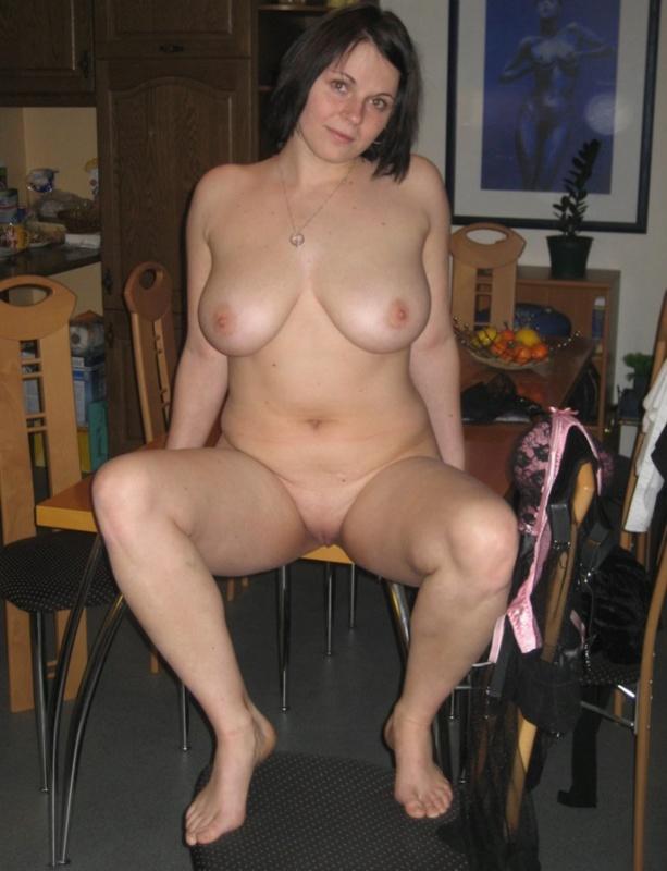 Пышка любит позировать в нижнем белье по вечерам