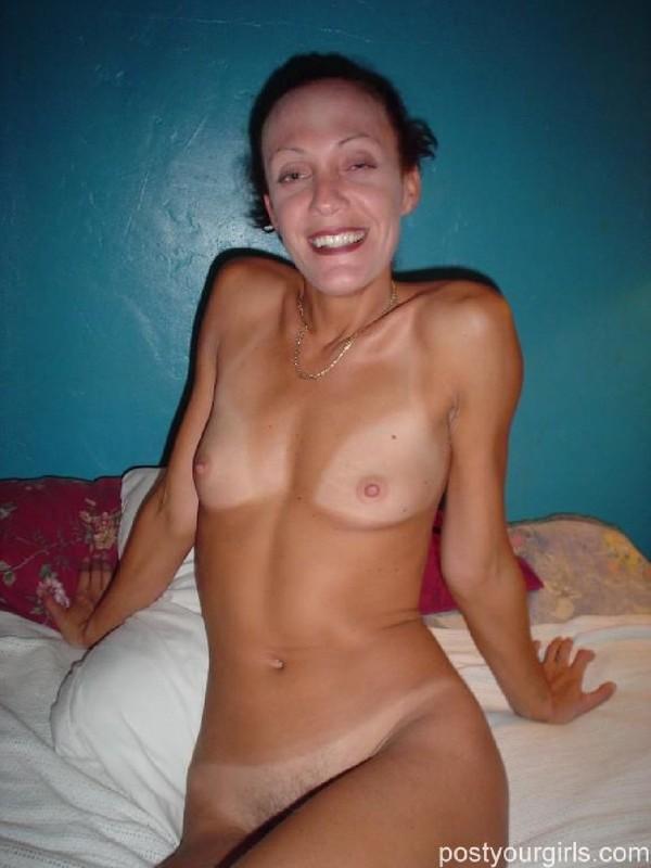 Озабоченная бабуля показывает на кровати сиськи и мохнатую киску