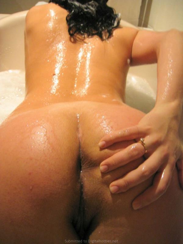 Помытая блядь трахает дилдо себя в вульву и задницу одновременно
