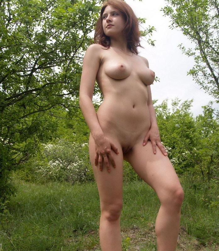 Обнаженная шлюшка разлеглась на зеленой поляне