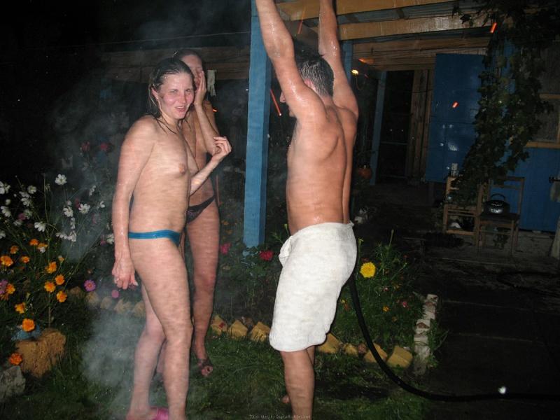 Пьяные шалавы резвятся во дворе после бани