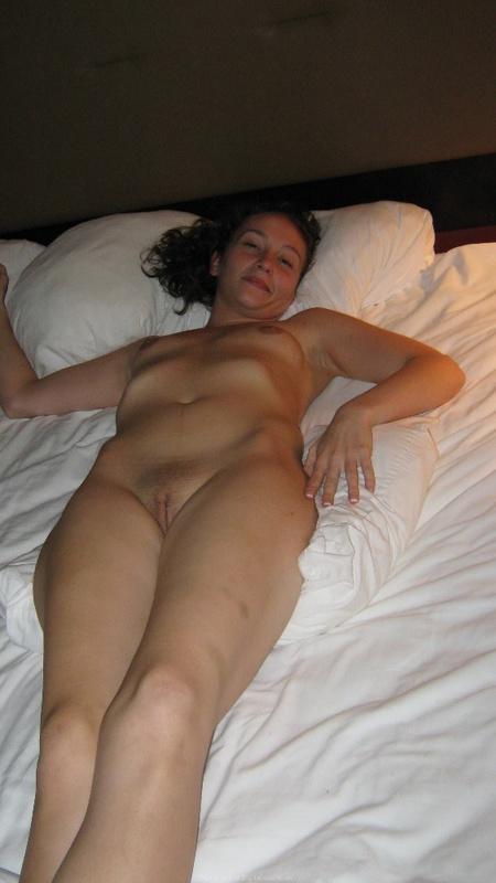 Голая марамойка лежит на кровати