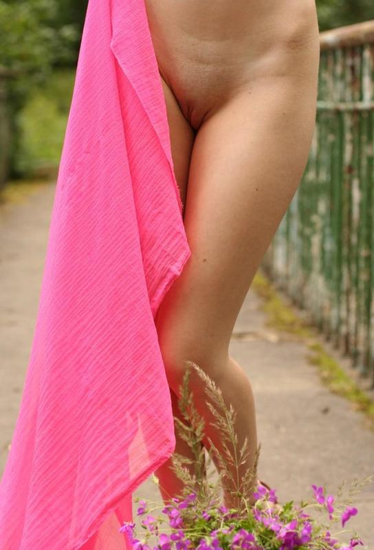 Худосочная сучка стащила розовую ткань на старом мостике секс фото