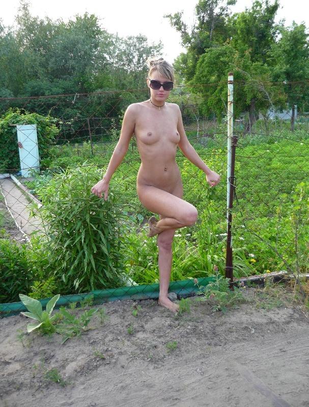 Колхозная шлюха фотографируется на фоне огорода