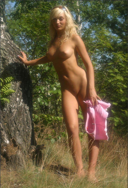 Машенька сбросила розовую юбке с голого тела в саду секс фото