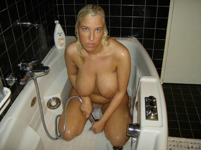 Блонда моет обвисшие сиськи в душе