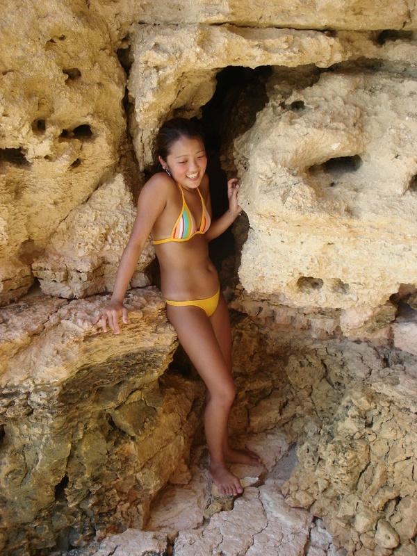 Азиатская дама стоит на фоне моря без купальника