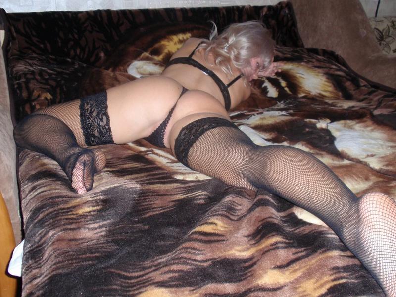 Блондинка в нижнем белье светит писькой на постели