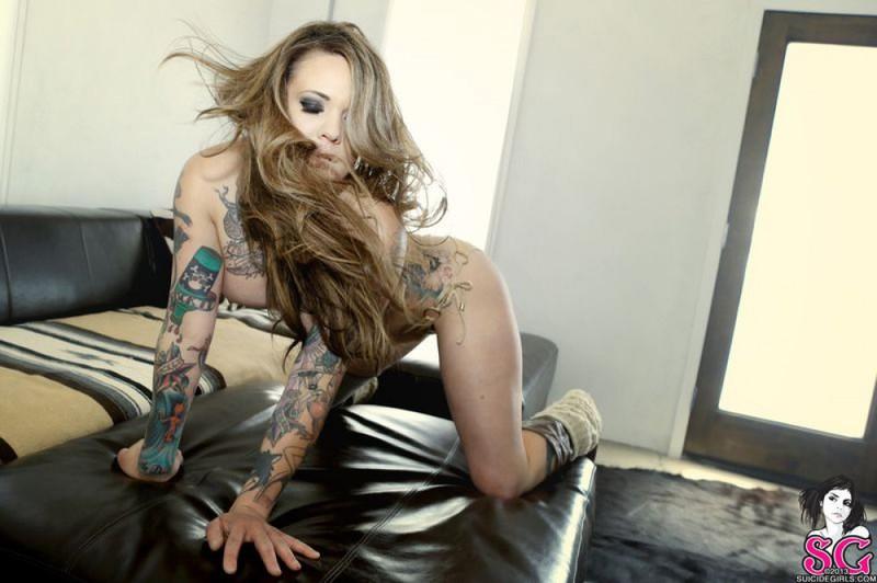Татуированная Амина светит дома полуголой фигурой