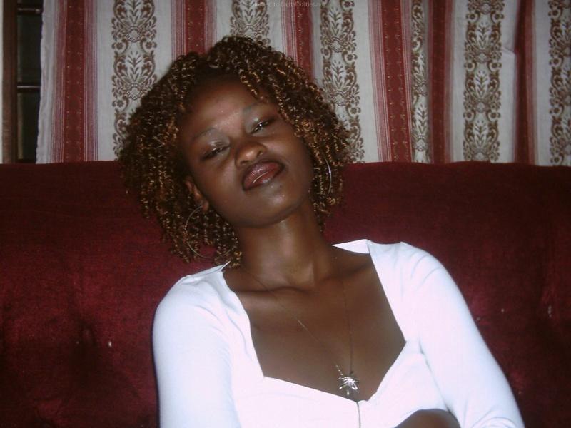 Негритянка разделась до бикини около белой стены смотреть эротику