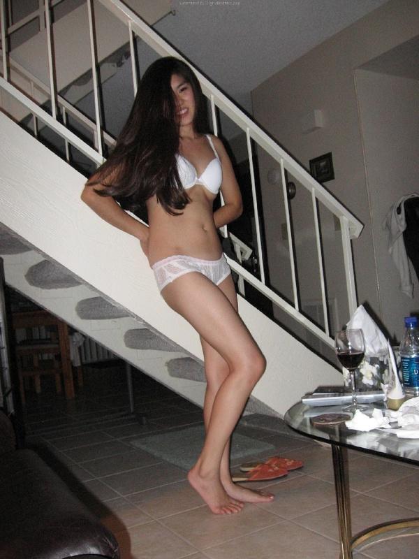 Казашка в белом белье отдыхает на диване