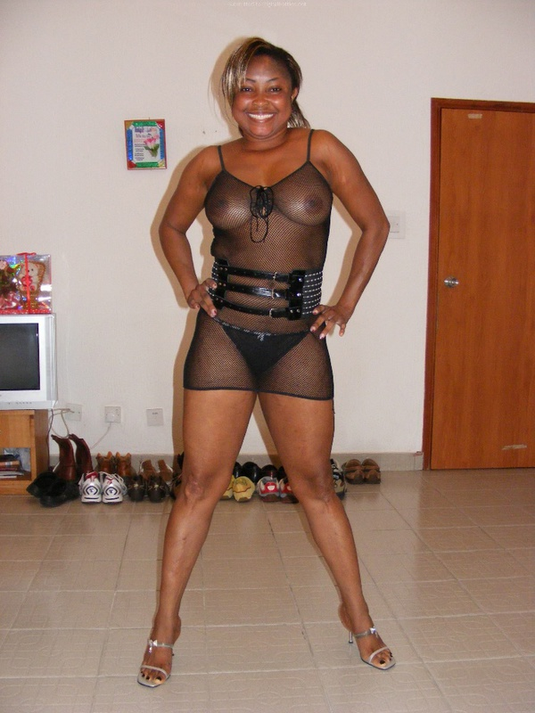 Черная мамочка желает быть голой у себя в квартире