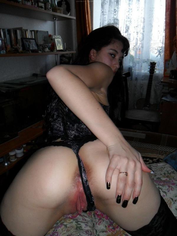 Шлюха с силиконовыми титьками берет в рот и занимается сексом с мужиком