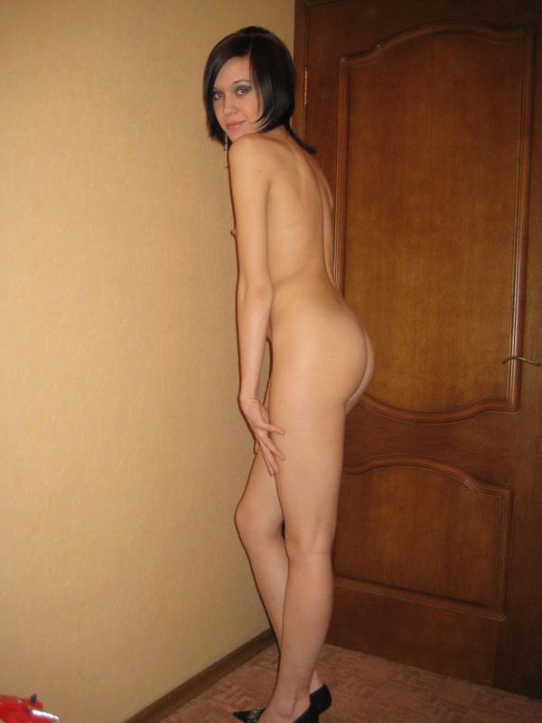 Худая брюнетка позирует дома полностью голая