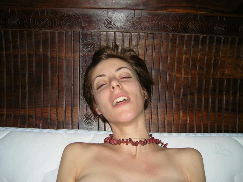 Красивая нимфа вытирает полотенцем голые титьки после душа