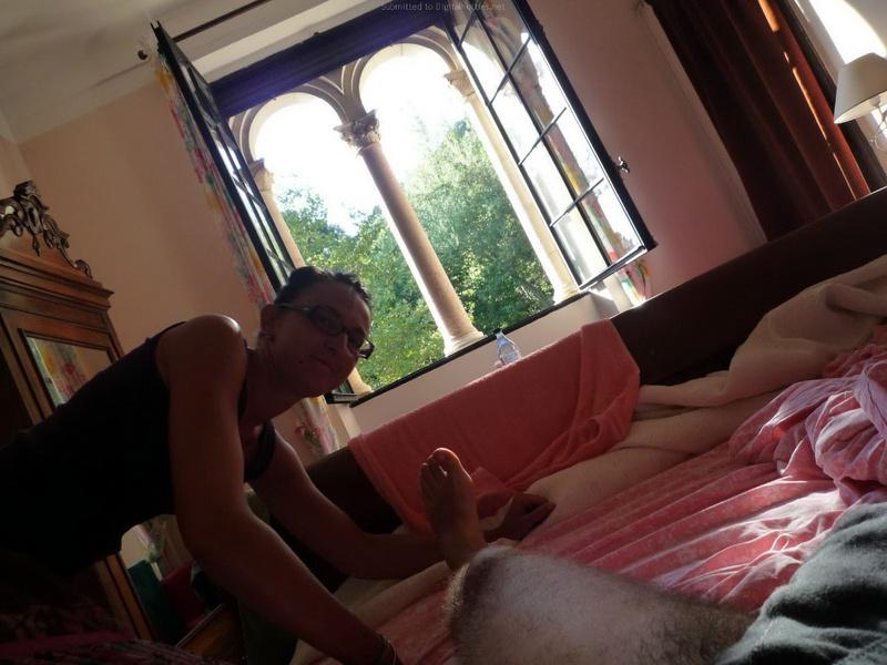 Смуглая милфа показывает чистое тело в гостинице