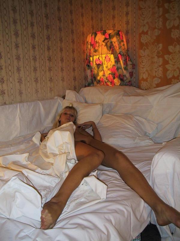 Няшная блондинка постепенно оголилась в постели