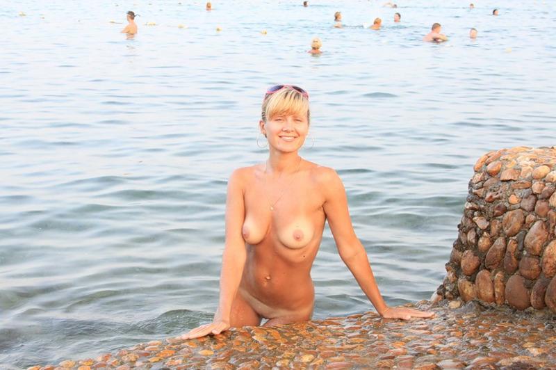 Озабоченная Карина купается нагишом в Красном море