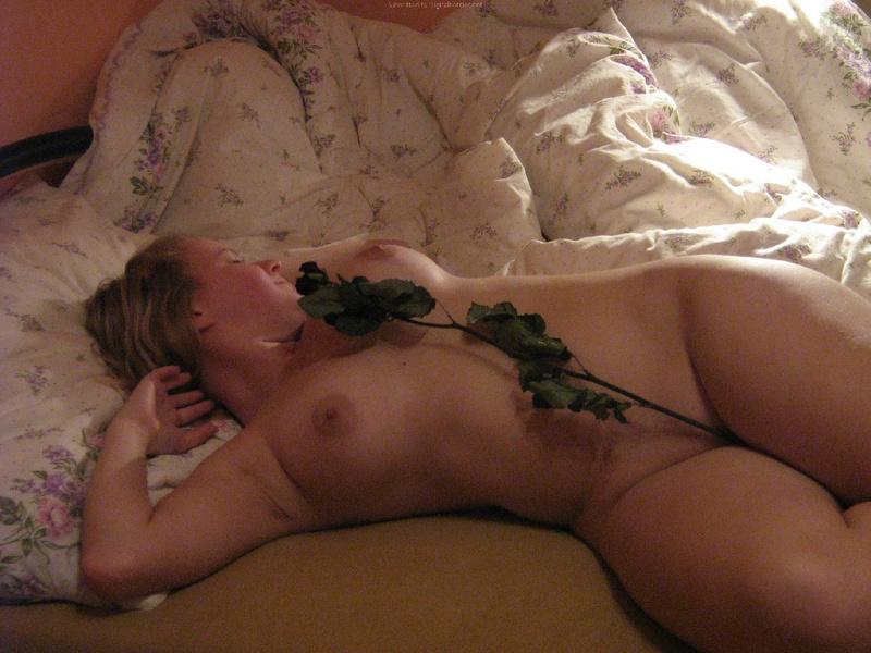 Пышка голая валяется в постели