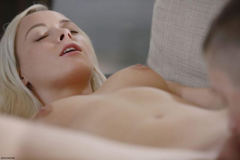 Блондинка Лили возбуждено занимается сексом с парнишкой на диване секс фото