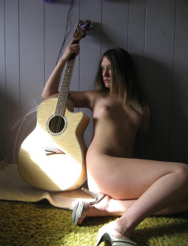 Музыкантка позирует рядом с гитарой смотреть эротику