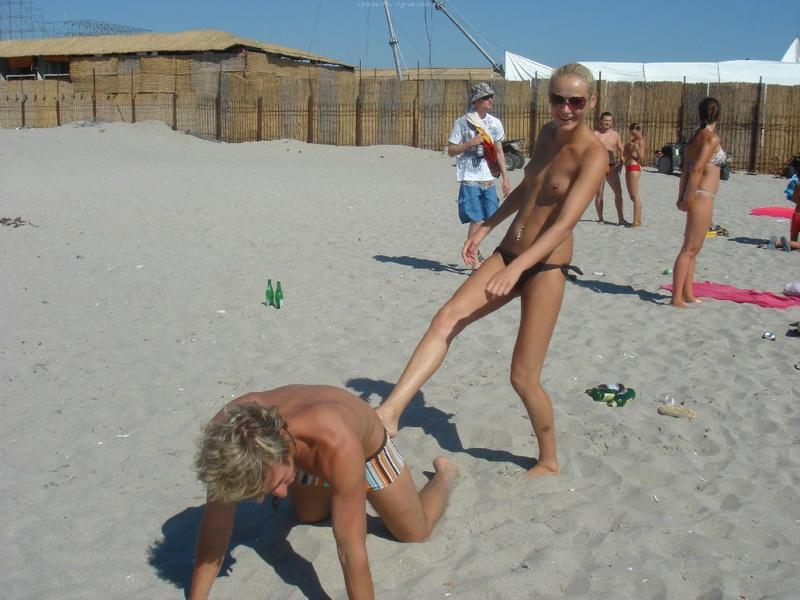 Светловолосая девушка пришла на пляж лишь в чёрном бикини