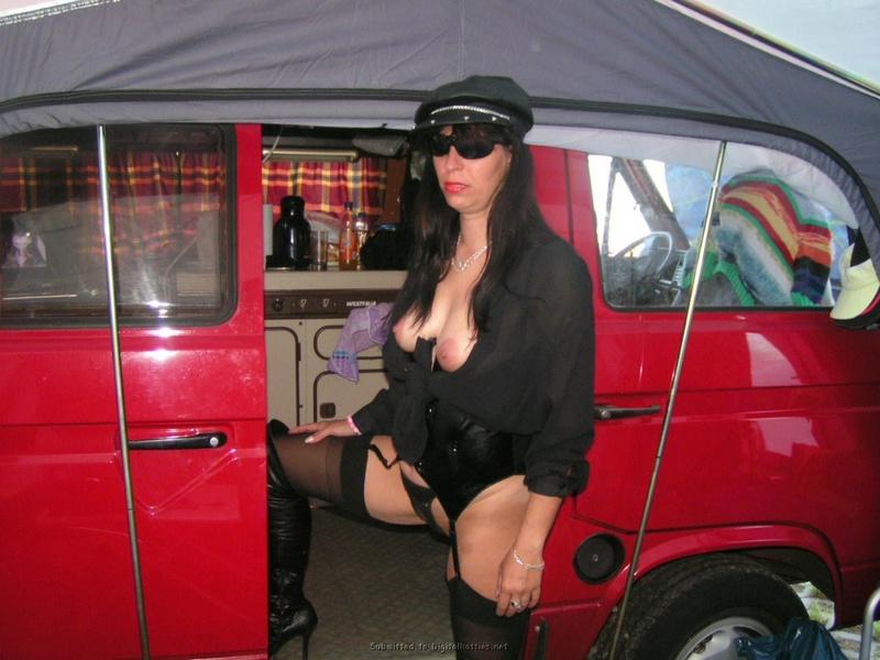 Зрелая соска в шляпе мастурбирует в машине