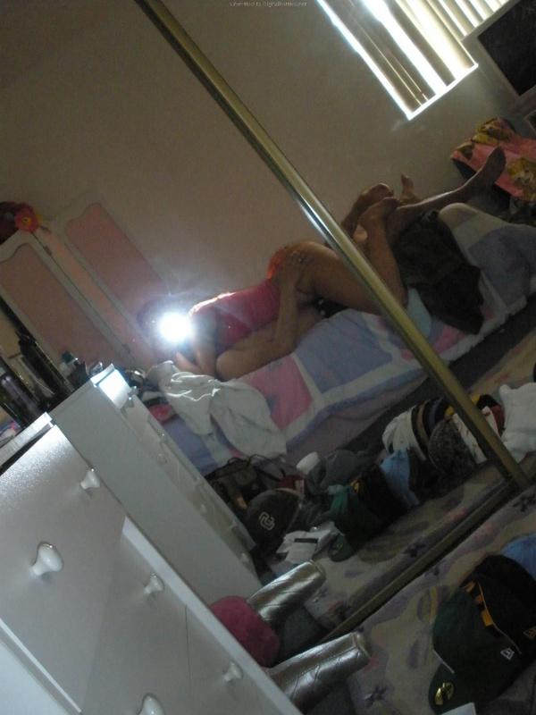 Сочная сучка светит силиконовой грудью в квартире