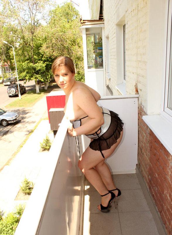 Большезадая woman оголила дойки на балконе
