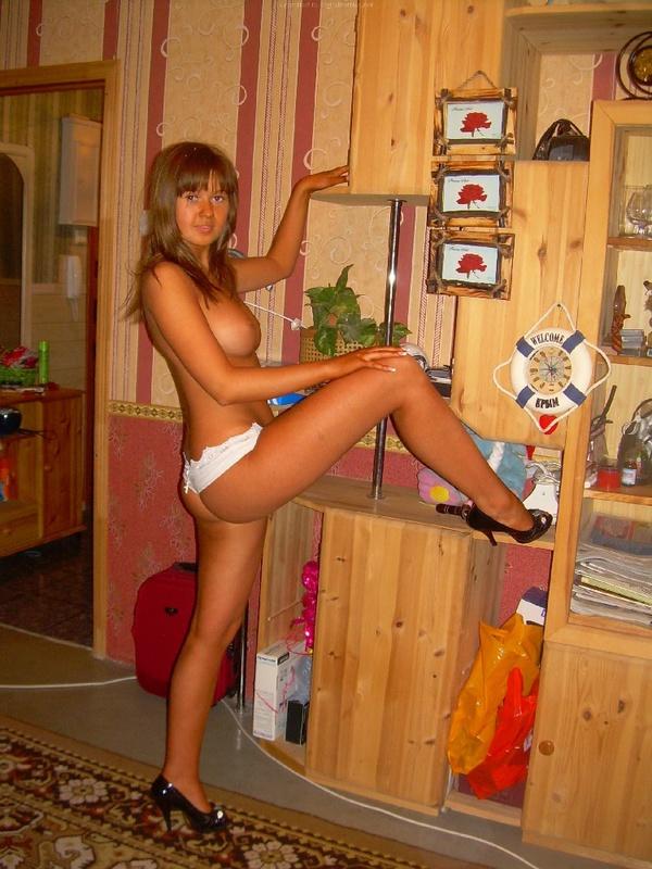 18-летняя красоточка в своей квартире снимается лишь в трусах