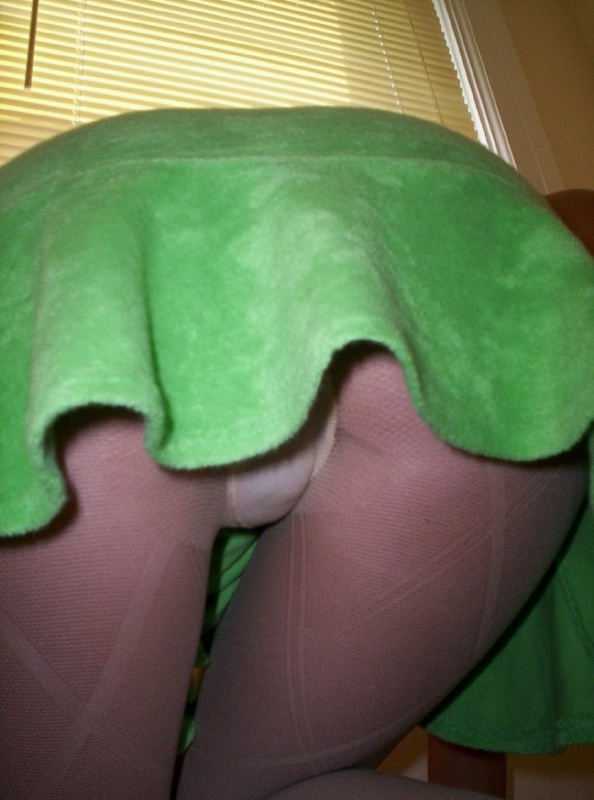Худенькая спортсменка прячет киску под колготами и юбочкой