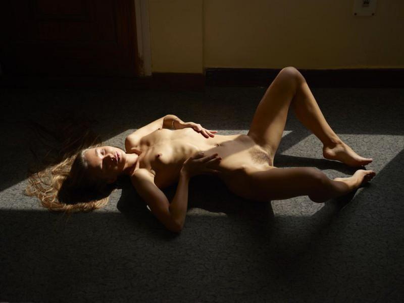 Милена плескается в свете окна лежа на полу без трусиков
