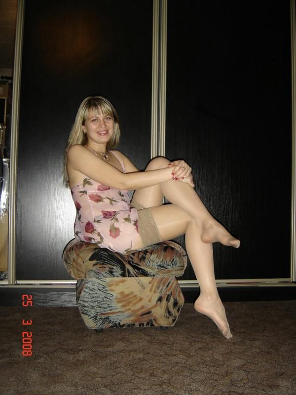 Соблазнительная милфа в эротичном костюме щеголяет по дому