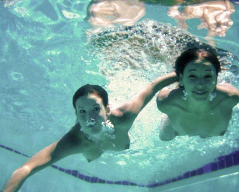 Лесби лижет нимфоманки под водой