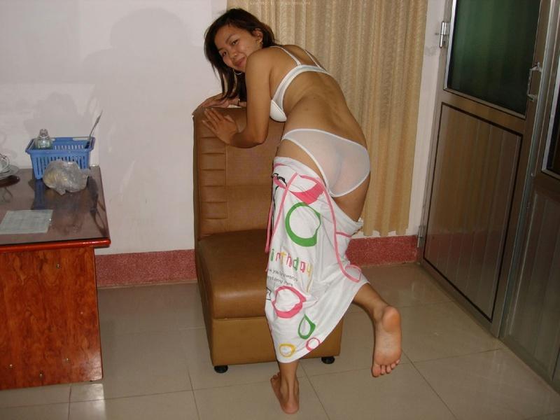 23 Летняя Азиатка в отеле показывает волосатую киску