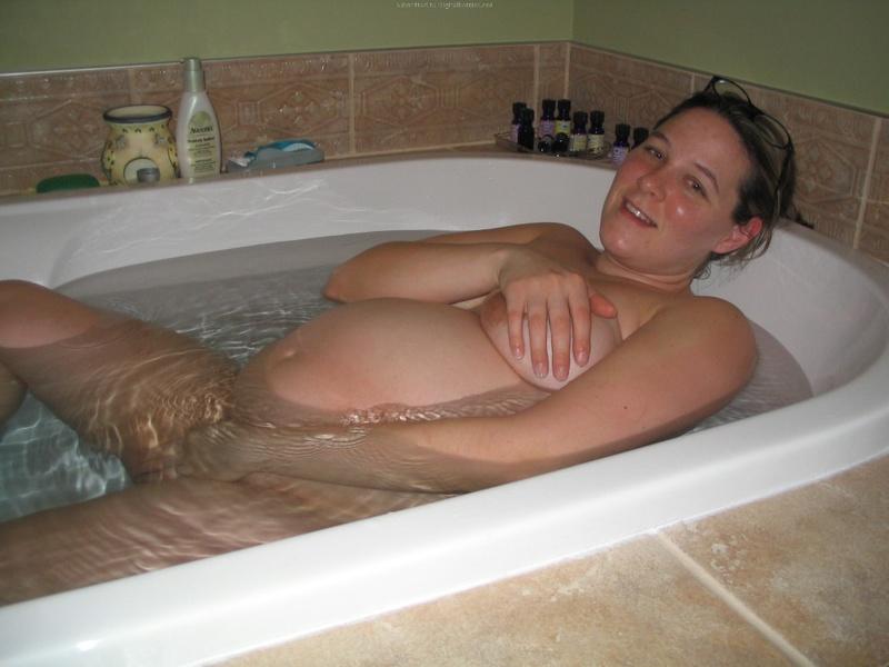 Беременная чувиха купается в ванне