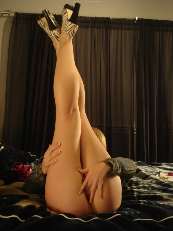 Молодая чика показала какая красота прячется у нее под юбкой