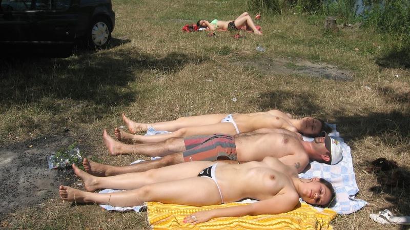 Любовницы отдыхают в стрингах в безлюдном месте не стесняясь дяди