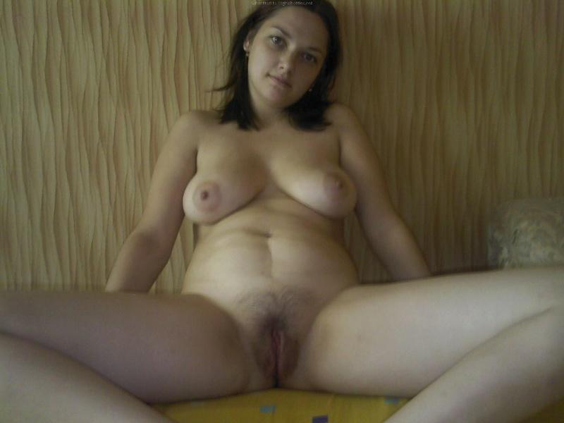 Деревенская Ольги вывалила большой бюст сидя за столом
