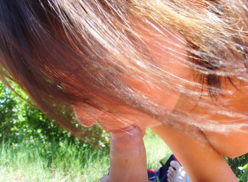 Молодая барышня жаждет делать минет в лесу