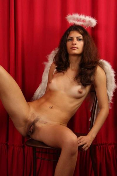 Ангелок раздвинула ноги сидя на стуле голой попкой