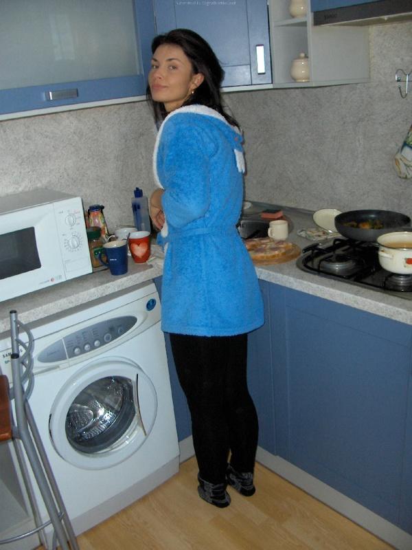 Брюнтистая домохохяйка обнажает возбужденную сраку в домашних условиях