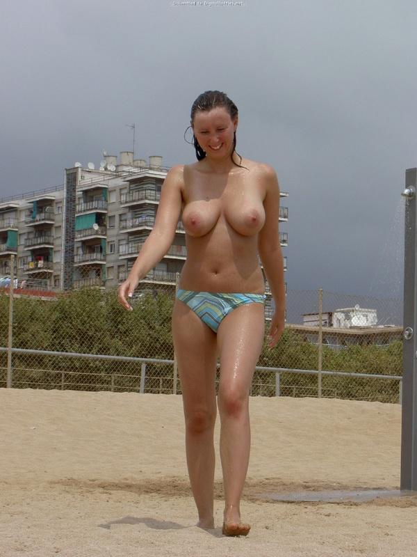 Тридцатилетняя девка на берегу моря играет без нижнего белья