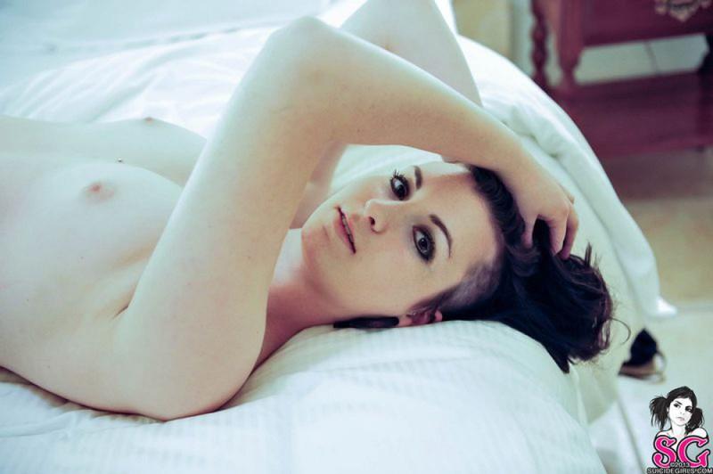 Игривая Виши лежит на кровати совершенно голая