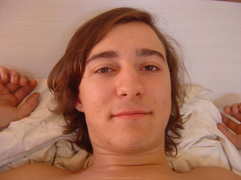 Симпатяга проснулась с парнем в постели